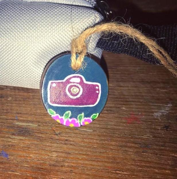 مدالية خشبية كاميرا شغل يدوي